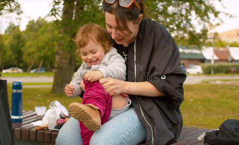 Mom που βάζει στα εσώρουχα στο μωρό στοκ φωτογραφίες