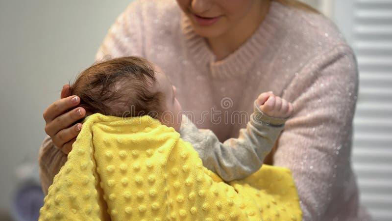 Mom που κρατά λίγο κεφάλι μωρών, άκρες για τους γονείς, έννοια προσοχής νηπίων, πατρότητα στοκ εικόνα με δικαίωμα ελεύθερης χρήσης