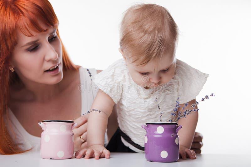 Mom που παίζει με την λίγη κόρη στοκ φωτογραφία με δικαίωμα ελεύθερης χρήσης
