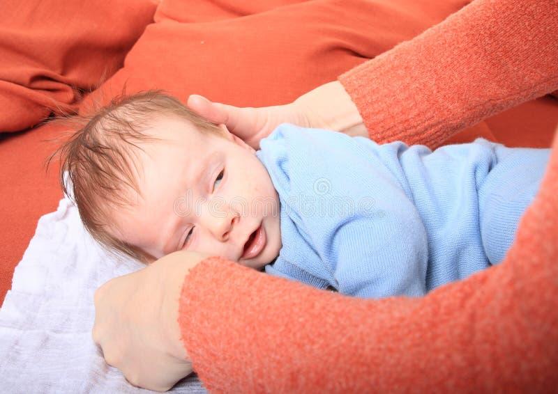 Mom που περιποιείται το νεογέννητο κοριτσάκι στοκ εικόνα με δικαίωμα ελεύθερης χρήσης