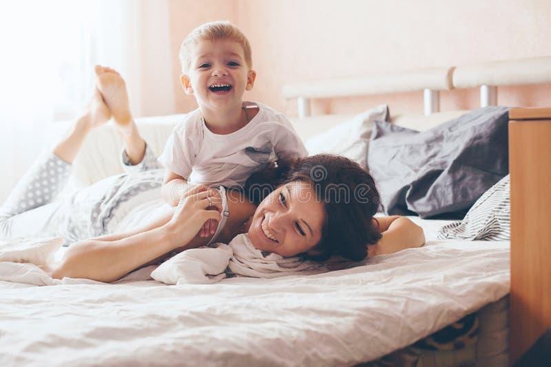 Mom που χαλαρώνει με την λίγο γιο στοκ φωτογραφία