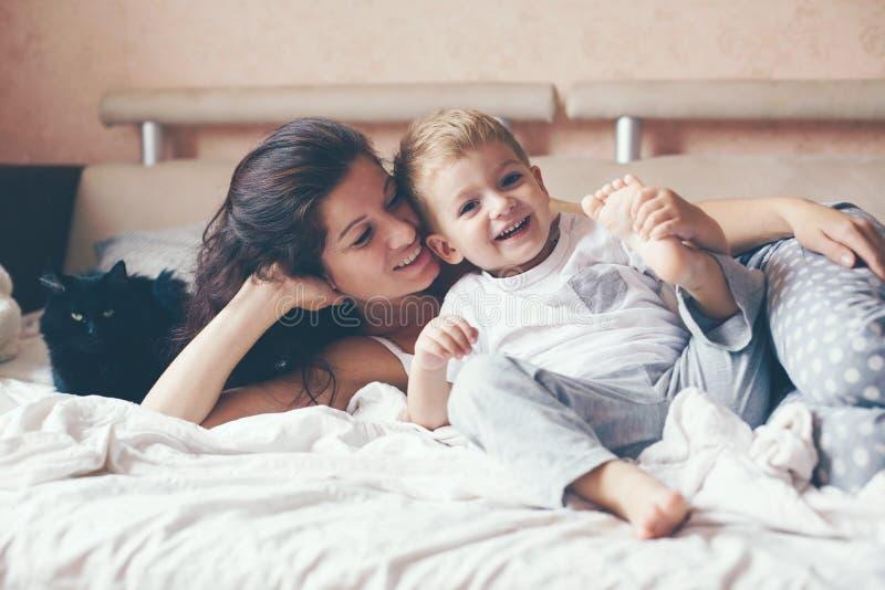 Mom που χαλαρώνει με την λίγο γιο στοκ εικόνες