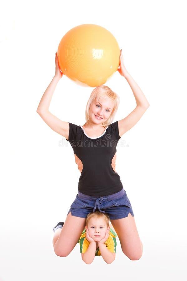 Mom och barn i idrottshallen royaltyfri bild