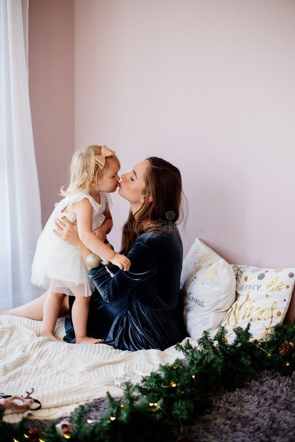 Mom och dotter royaltyfria foton
