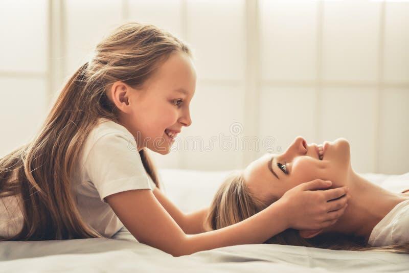 Mom och dotter royaltyfri bild