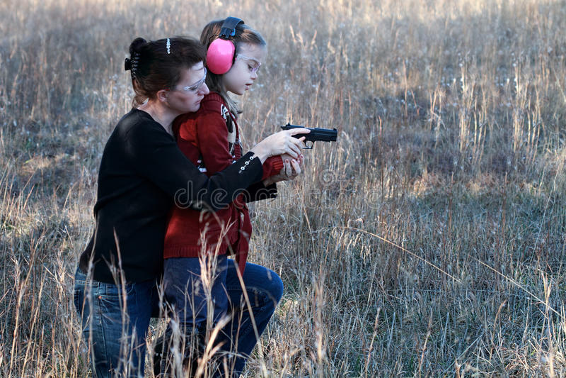 Mom- och dotterskytte fotografering för bildbyråer