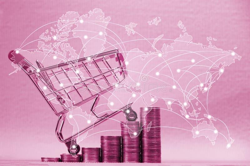 Moment av buntar av mynt och shoppingvagn eller supermarketspårvagn och världskarta, globalt nätverk, begrepp för affärsfinanssho royaltyfri foto
