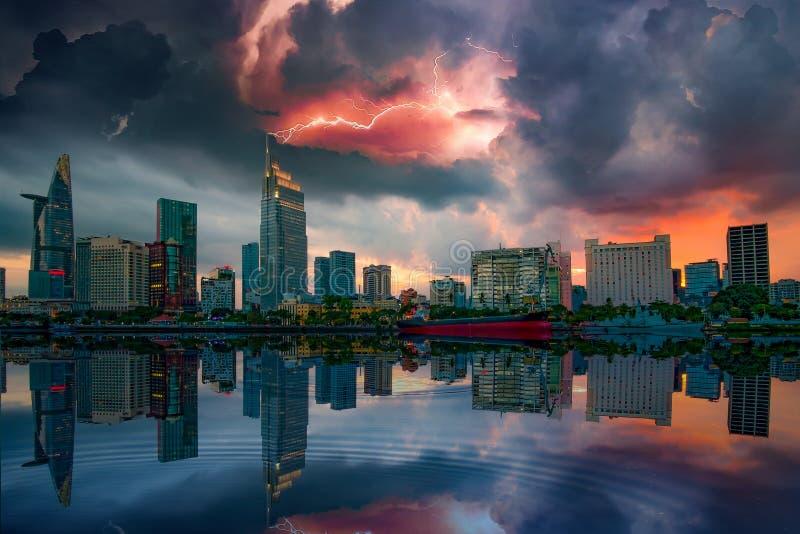 Moment de coucher du soleil avec la tempête et la foudre à la rive de Ho Chi Minh City - la plus grande ville au Vietnam image libre de droits