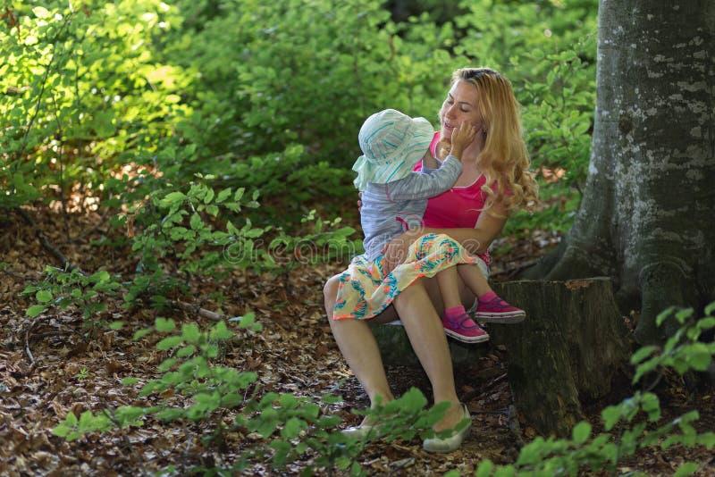 Moment de mère et de fille à l'intérieur de la forêt Smilling et profiter d'un agréable moment ?ducation de nature image libre de droits