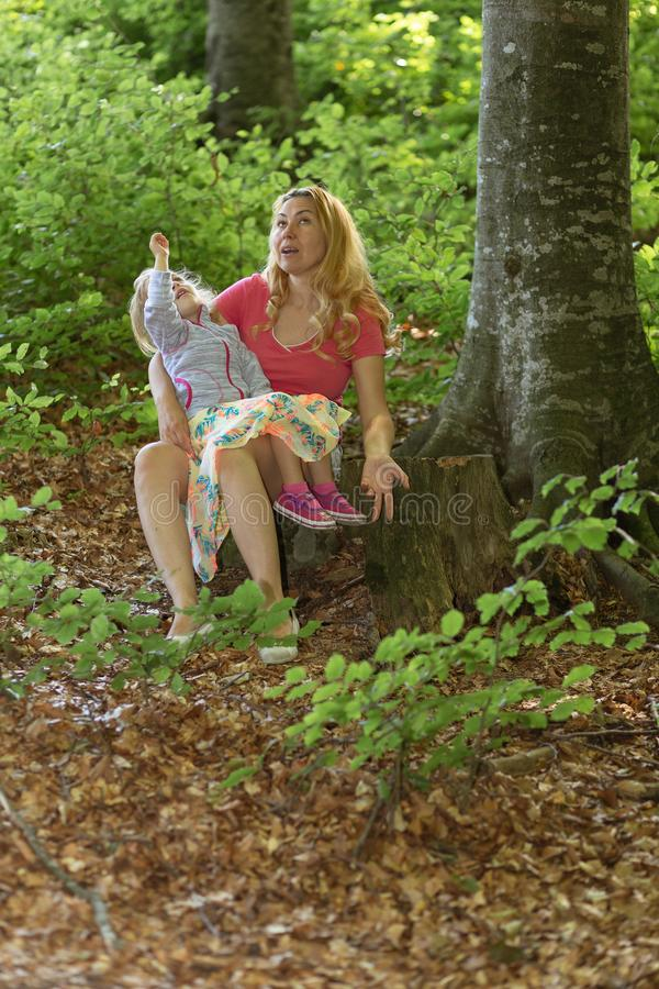 Moment de mère et de fille à l'intérieur de la forêt Smilling et profiter d'un agréable moment ?ducation de nature photographie stock