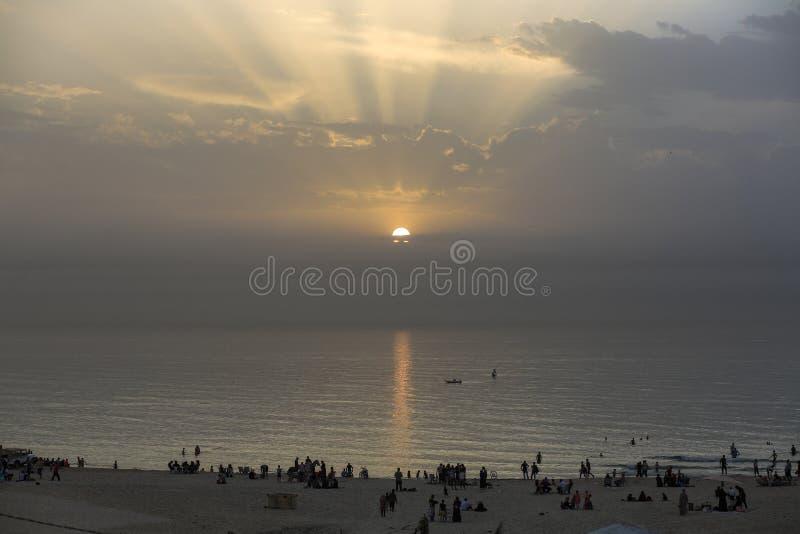 Moment des Sonnenuntergangs vom Strand von Gaza-Stadt lizenzfreies stockbild