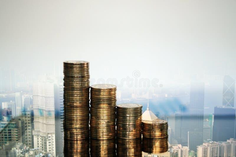 Moment f?r dubbel exponering av mynt och minnestavladator med finansiell graf- och stadsbakgrund, vision f?r aff?rsplanl?ggning o royaltyfri fotografi