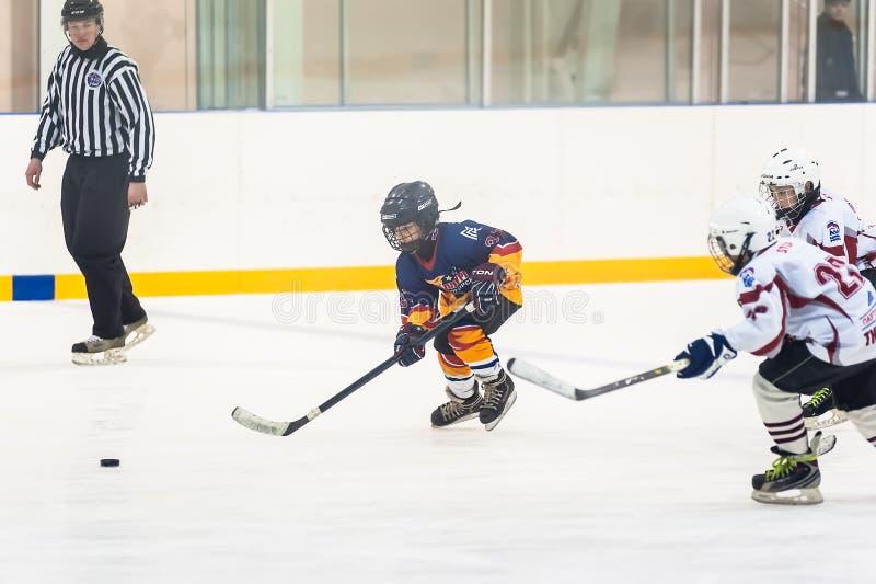 Moment gra między dziecko hokeja drużynami obrazy stock