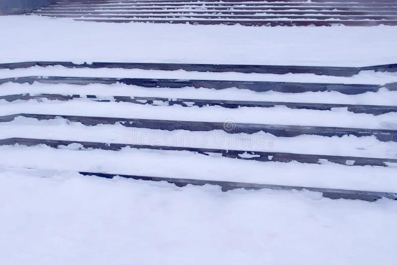 Moment i snön på ingången till byggnaden i vinter, hal trappa royaltyfri foto