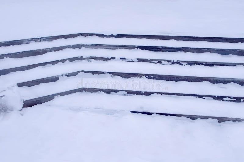 Moment i snön på ingången till byggnaden i vinter, hal trappa royaltyfria foton