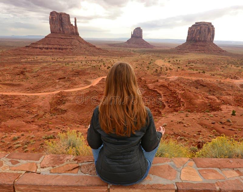 Moment paisible en vallée de monument tout en méditant photos libres de droits