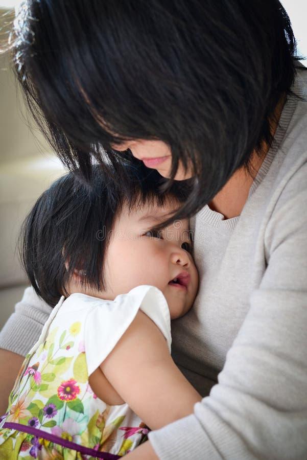 Moment précieux de fille de mère d'étreinte affectueuse image stock