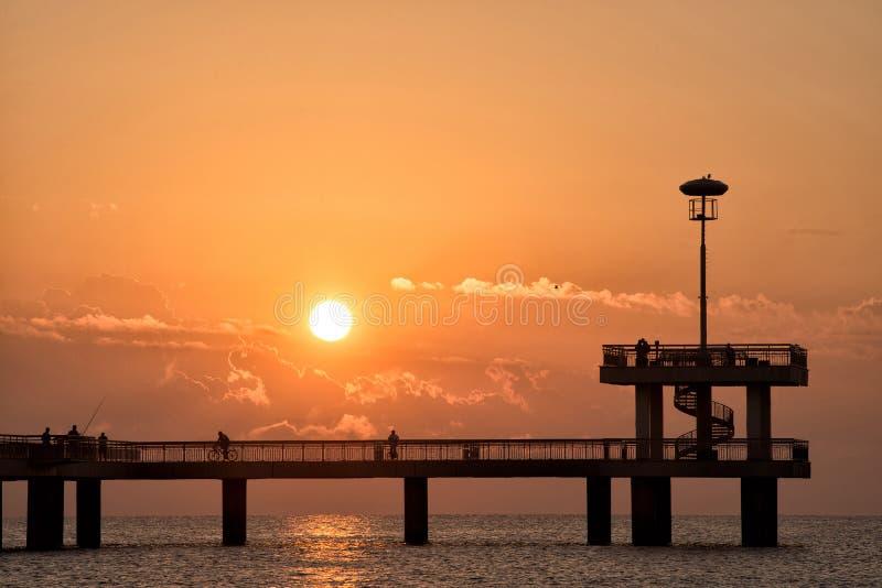 Moment romantique de coucher du soleil sur le pont photos libres de droits