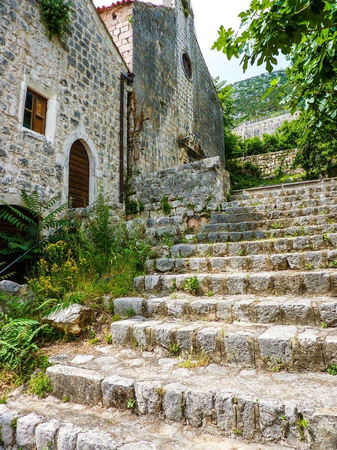 Moment som stiger till och med byn av Ston i Kroatien arkivbilder