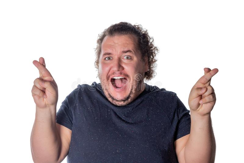 Moment spécial de attente de gros homme drôle et doigts de croisement images libres de droits