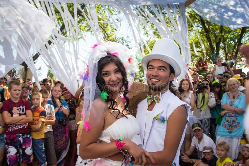Moment w ślubu, panny młodej i nowożena mieniu, obrazy stock