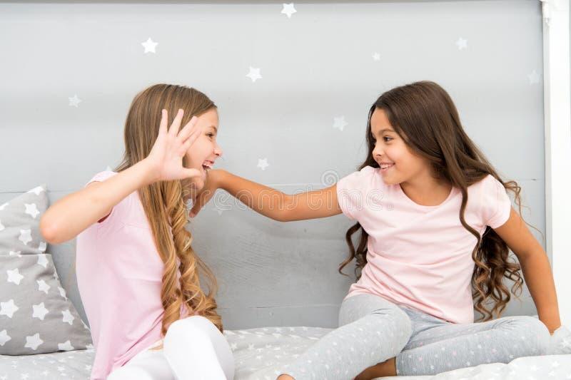 Momenti felici di infanzia Sviluppi forti e capelli sani Concetto di cura di capelli Forti capelli Gioco allegro dei bambini con  immagini stock
