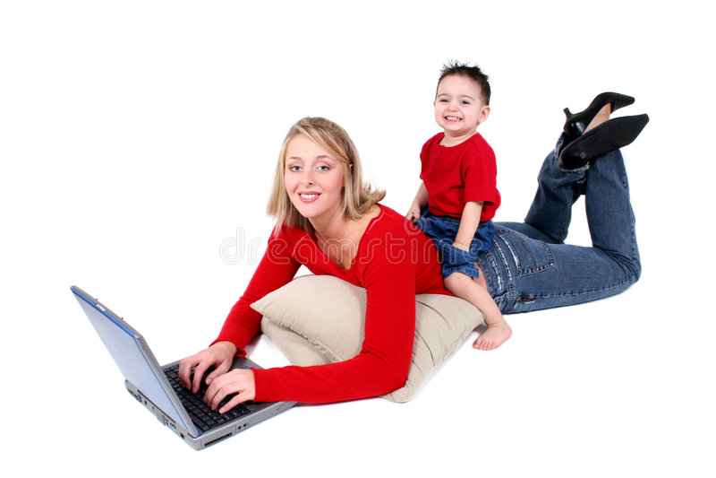 Momento adorável da família com matriz e filho no portátil
