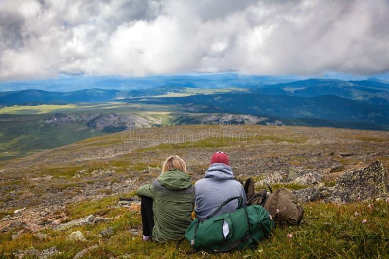 Momento atmosférico para amantes nas montanhas fotografia de stock