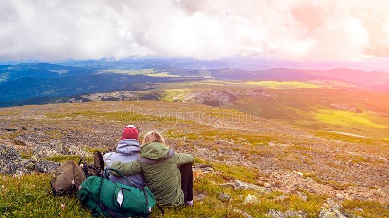 Momento atmosférico para amantes nas montanhas imagem de stock