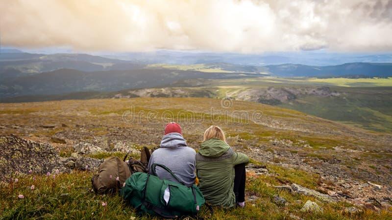 Momento atmosférico para amantes nas montanhas fotografia de stock royalty free