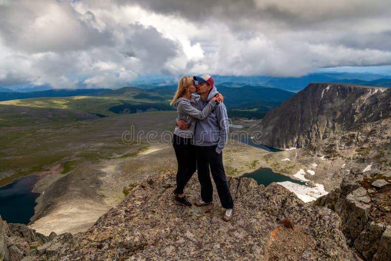 Momento atmosférico para amantes nas montanhas imagens de stock royalty free