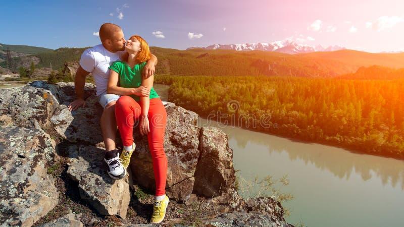 Momento atmosférico para amantes nas montanhas fotos de stock