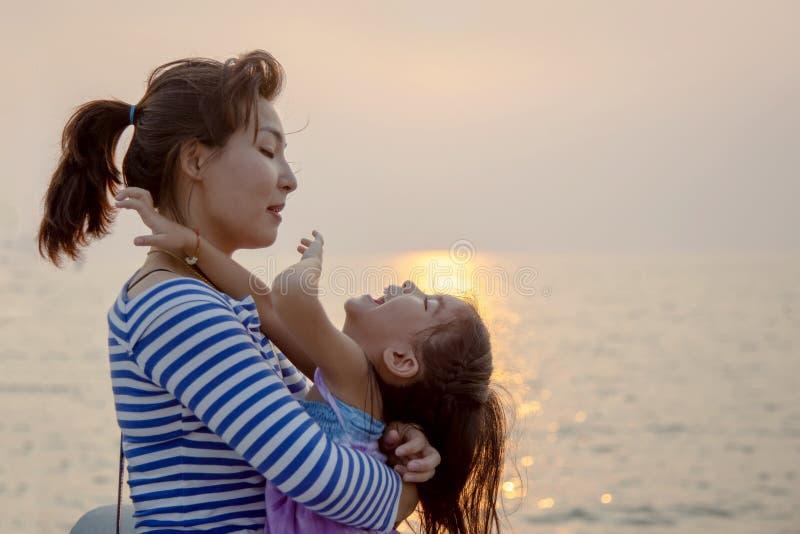 Momento bonito com mamã e jogo e abraço da criança fotografia de stock