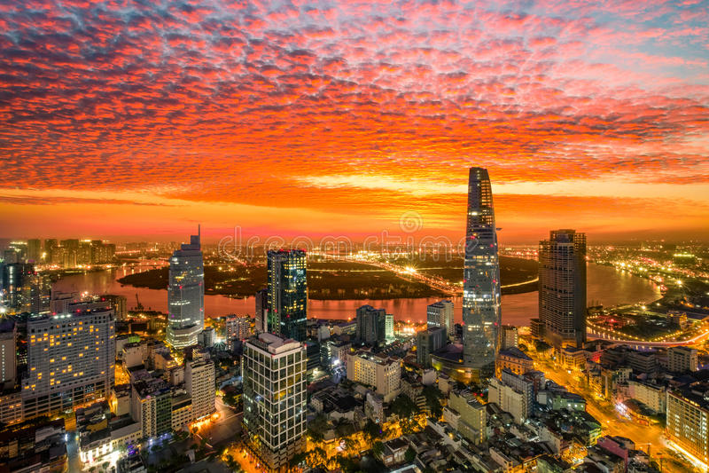 Momento da cidade de Ho Chi Minh do centro da construção - a cidade a mais grande do nascer do sol da vista aérea em Vietname fotografia de stock royalty free