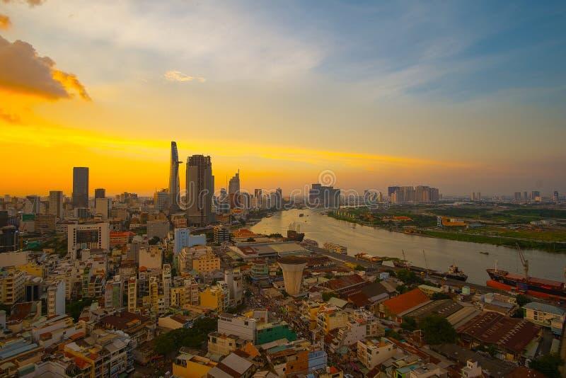 Momento da cidade de Ho Chi Minh do centro da construção - a cidade a mais grande do nascer do sol da vista aérea em Vietname foto de stock royalty free