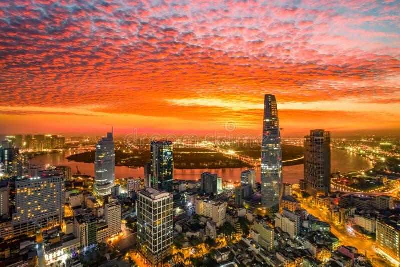 Momento de ciudad de Ho Chi Minh del centro del edificio - la ciudad más grande de la salida del sol de la visión aérea de Vietna fotografía de archivo libre de regalías