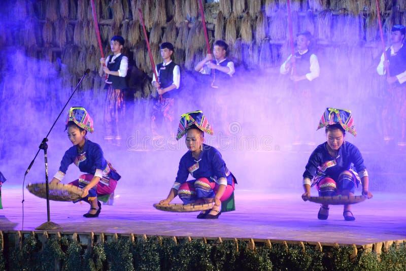 Momento de demostración tradicional de la gente de Dong imagen de archivo libre de regalías