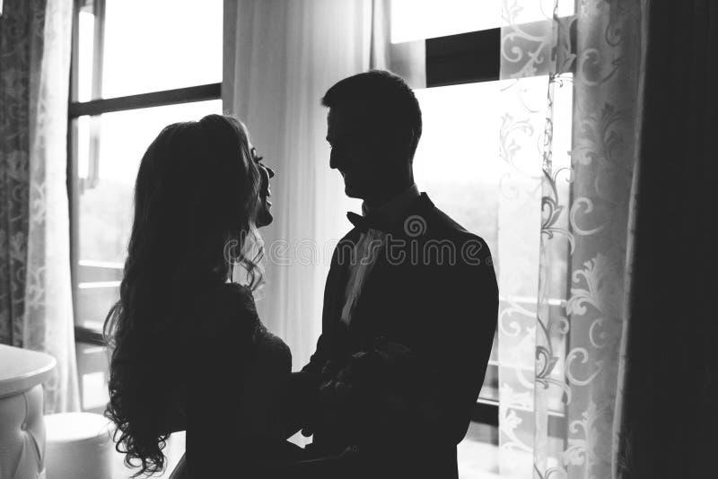 Momento della prima riunione dello sposo e della sposa sul loro giorno delle nozze Foto in bianco e nero di Pechino, Cina fotografia stock