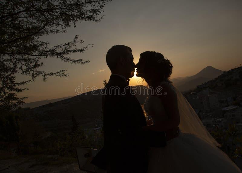 Momento della sposa e dello sposo al tramonto fotografia stock libera da diritti