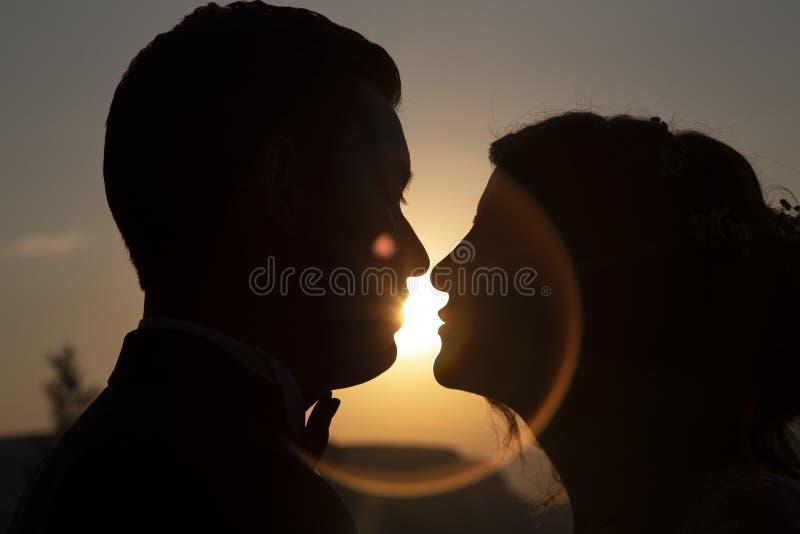 Momento della sposa e dello sposo al tramonto immagini stock libere da diritti