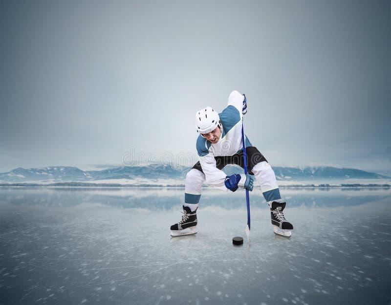Momento do hóquei em gelo da cara-fora no lago congelado foto de stock royalty free