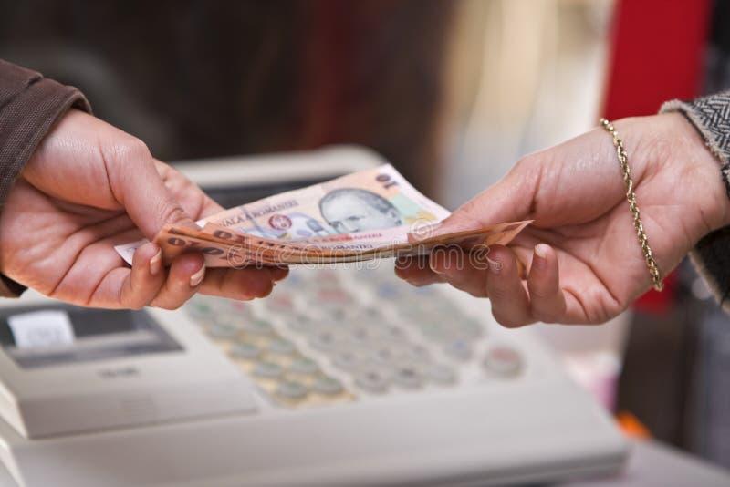 Momento do pagamento em dinheiro fotos de stock