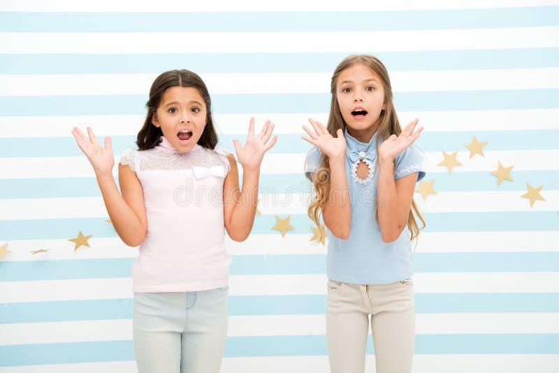 Momento emocionado de la niñez Embroma a los preadolescentes de las colegialas chocados Las muchachas sorprendidas chocaron la ex imágenes de archivo libres de regalías