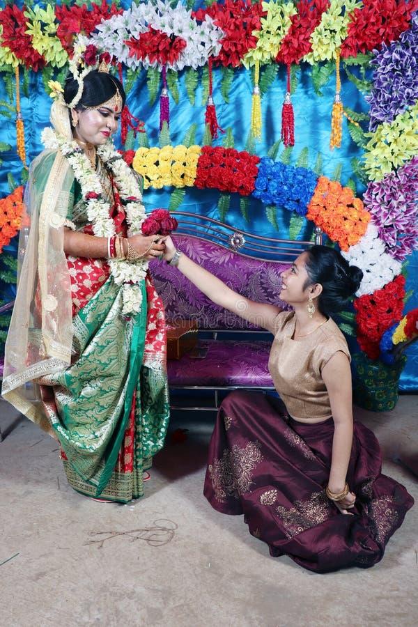 Momento engraçado com noiva e sua irmã Momento engra?ado Momento cândido do casamento A irmã está tentando propor sua irmã mais i imagens de stock