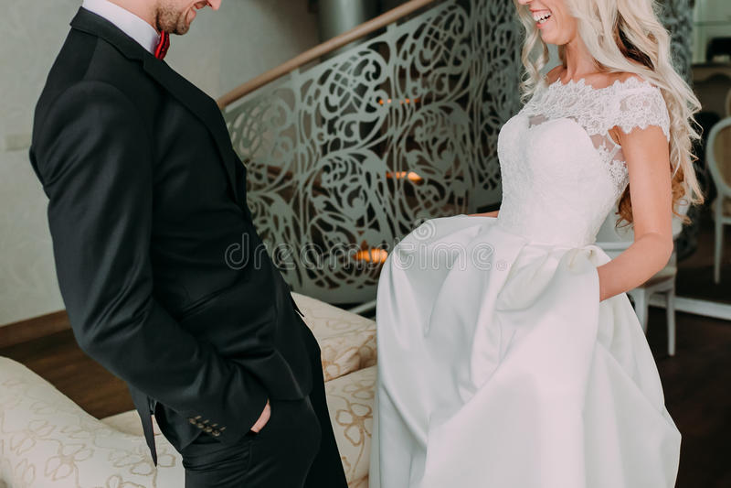 Momento felice ed emozionale della prima riunione dello sposo e della sposa sul loro giorno delle nozze Arco della stella blu con fotografia stock libera da diritti