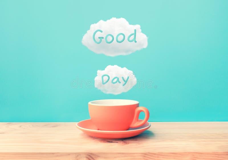 Momento feliz com uma xícara de café e um texto do bom dia no fundo de madeira da tabela da barra imagem de stock