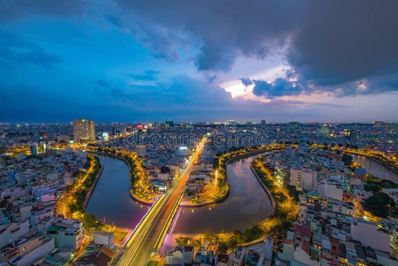 Momento no beira-rio de Ho Chi Minh City - a cidade a mais grande do por do sol em Vietname imagem de stock