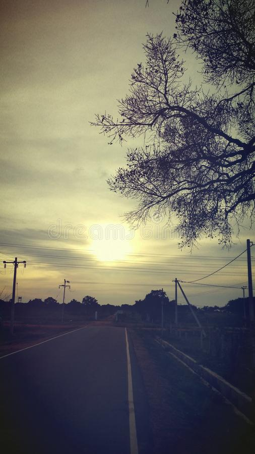 Momento piacevole del tramonto di sera alle 6 del pomeriggio fotografie stock