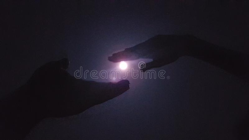 Momento precioso con oscuridad y la luna imagenes de archivo