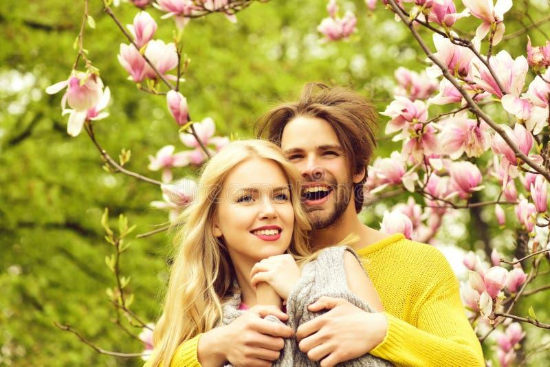 Momento romántico de pares hermosos del recién casado en jardín de la primavera foto de archivo